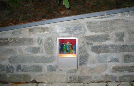 Natursteinmauer Granit Padang mit künstlerischer Lichtgestaltung